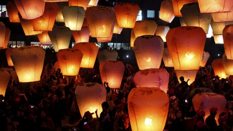 People release sky lanterns ahead of the traditional Chinese Lantern Festival in Pingxi, New Taipei city, northern Taiwan, February 17, 2013.